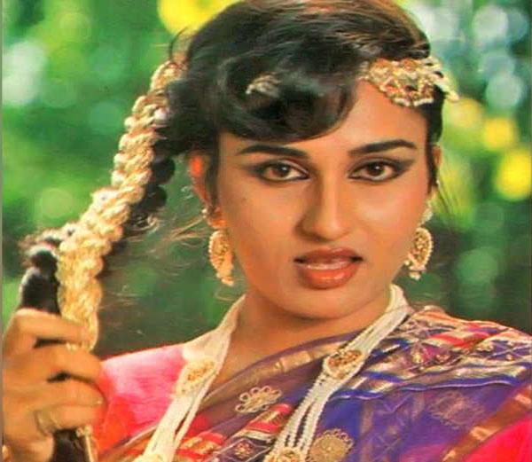 बेमिसाल खूबसूरती से दिवाना बनाने वाली मशहूर अभिनेत्री रीना रॉय का हो गया है ऐसा हाल, देखकर आपका द�